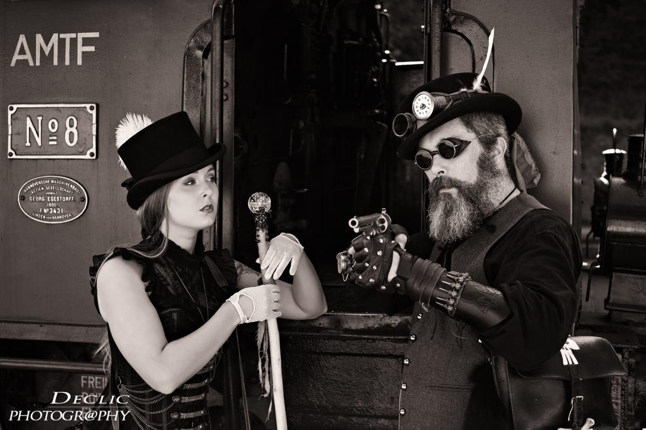 Duo Steampunk et locomotive à vapeur